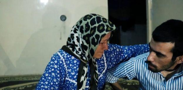 أمينة وهي تبكي أثناء حديثها عن تعرض ابنها للتعذيب على يد الفصائل المسيطرة على عفرين