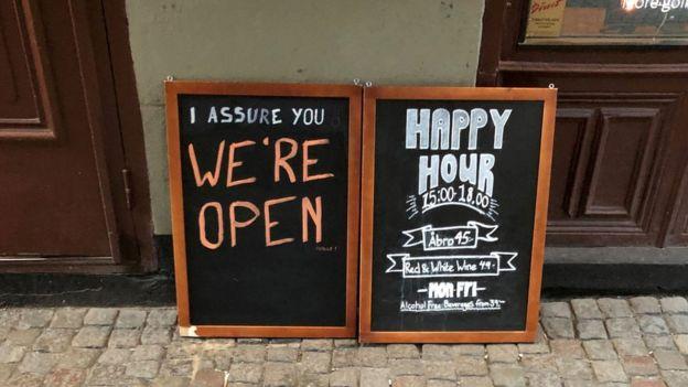 لافتة أمام حانة في السويد للتأكيد على أنها مفتوحة رغم تفشي الوباء