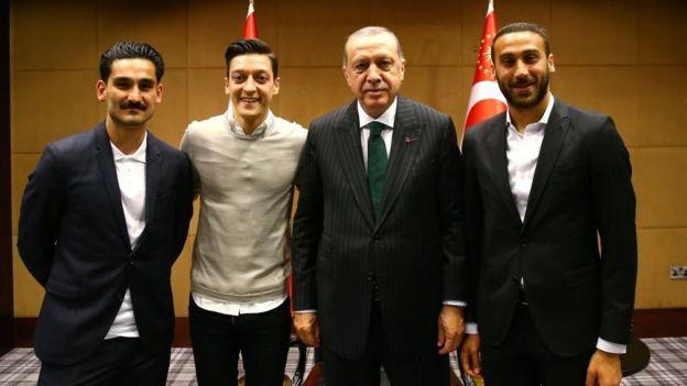 En el encuentro en Londres también estuvieron el futbolista alemán Ilkay Gundogan (izquierda) y el delantero turco Cenk Tosun (derecha).