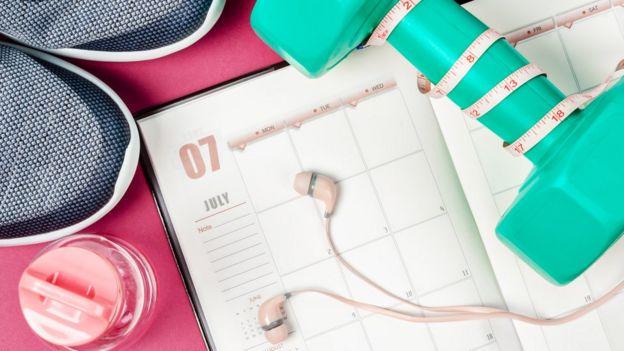 Fones de ouvido sobre calendário