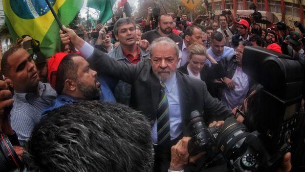 Lula em Curitiba para o primeiro depoimento a Moro, cercado de manifestantes lulistas