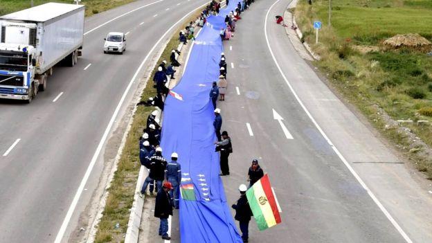 Imagen de la marcha con la bandera.