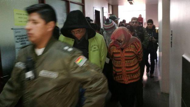 Detenidos en los pasillos de los juzgados de La Paz.