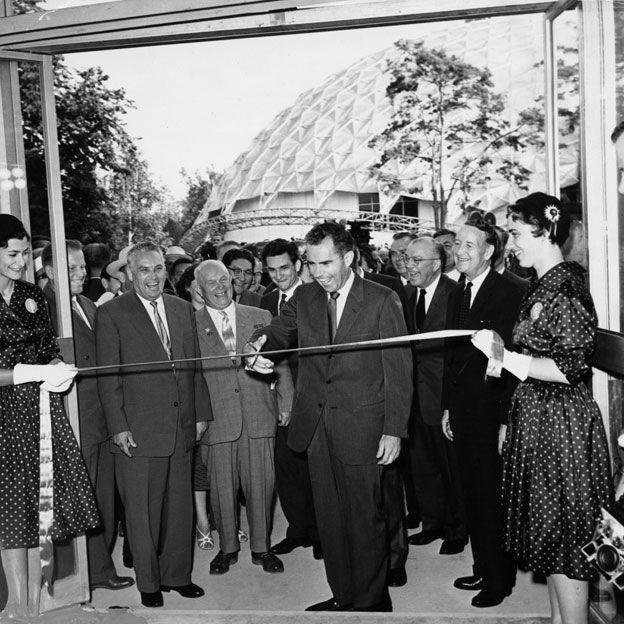 Nixon inaugurando la exposición