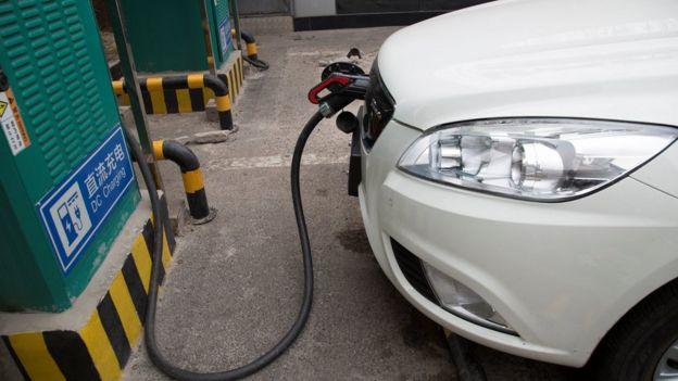 Puesto de recarga de un auto eléctrico en China