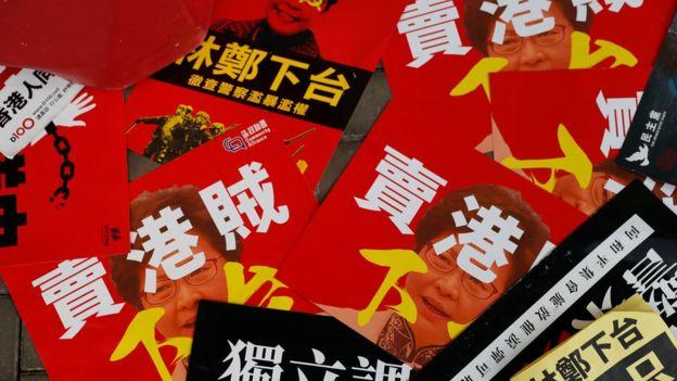 一些示威者明言,林郑月娥必须辞职,又批评她出卖香港的利益。