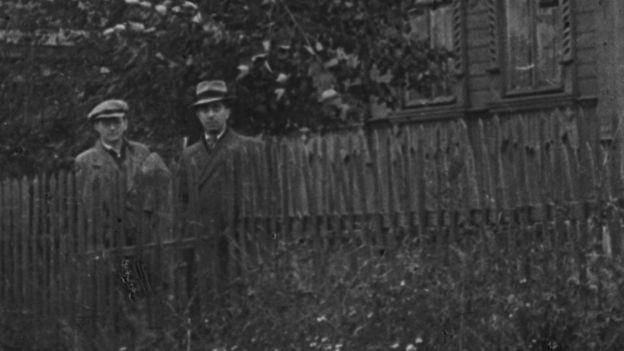 Композиторы Дмитрий Шостакович и Арам Хачатурян в русской деревне в 1943 году