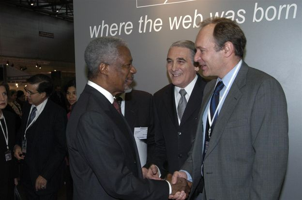 Tim Berners-Lee in 2003 shaking hands with Kofi Annan, Secretary General of the United Nations (1997-2006).
