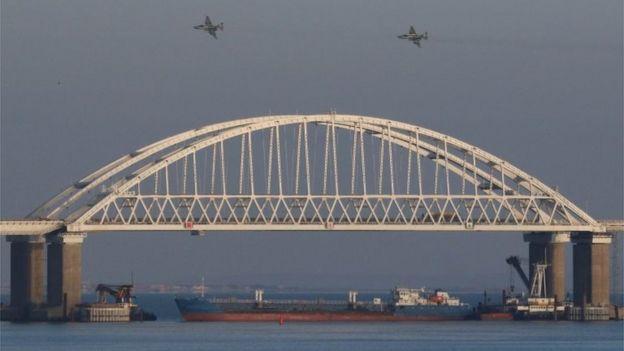 köprünün altına konulan tekne ve Rus uçakları