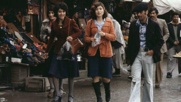 ১৯৭৯ সালের এপ্রিল, কাবুলের রাস্তায় স্কার্ট পরা আফগান মেয়েরা