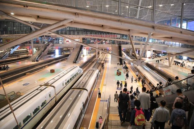 """根据中国实行的""""失信被执行人名单制度"""",黑名单上的人将无法乘坐高铁和飞机。"""
