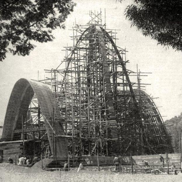 Construcción del a Capilla de los Santos Apóstoles en el Gimnasio Moderno, 1954.