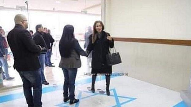 انتشرت صورة لوزيرة الإعلام الأردنية، جمانة غنيمات وهي تدوس على العلم الإسرائيلي أثناء زيارتها لمقر النقابات بالعاصمة عمان.