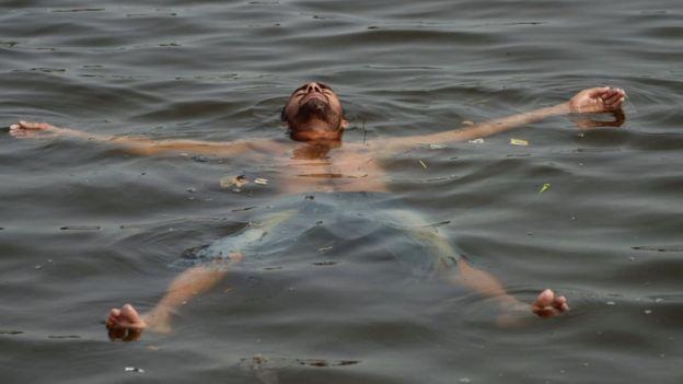 Berendam seperti pria di Karachi ini bisa mengurangi dampak udara panas