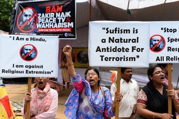 Demonstran di India melakukan aksi protes terhadap Naik setelah serangan di Dhaka pada Juli 2016