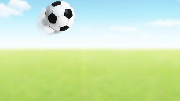 Bola flotando sobre campo