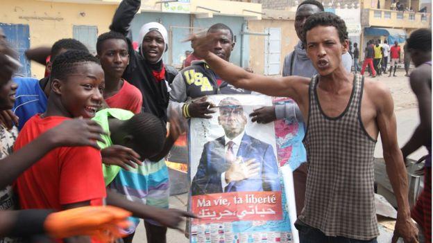 Des manifestants montrent une affiche de l'un des candidats de l'opposition, Biram Dah Abeid.