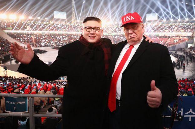 Un imitador del presidente de Estados Unidos, Donald Trump, y otro del líder norcoreano Kim Jong Un posan durante la ceremonia de inauguración de PyeongChang 2018 en el estadio de la ciudad surcorena del mismo nombre el 9 de febrero. (Foto: Ryan Pierse/Getty Images)
