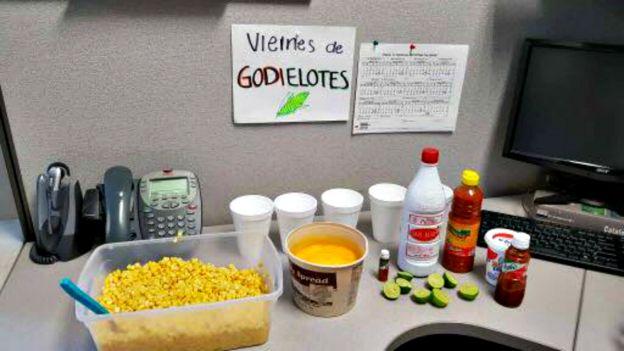 """Letrero que dice """"Viernes de godielotes"""".(Foto: cortesía de Mundo Godínez)"""