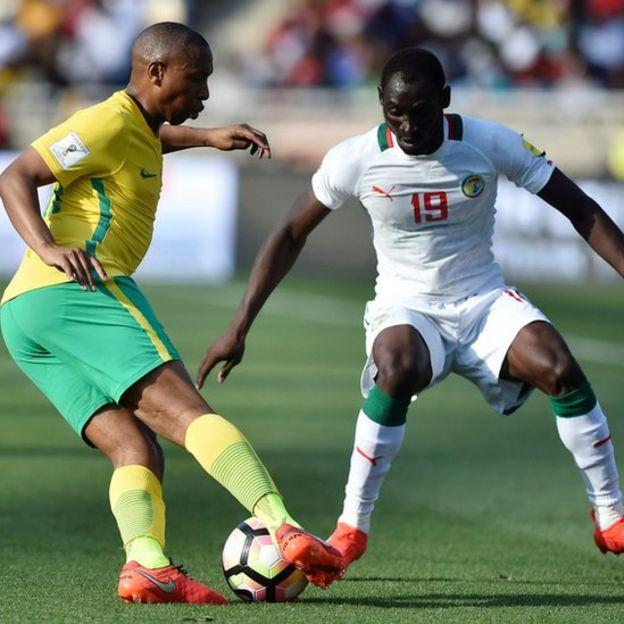 Jugadores de Sudáfrica y Senegal