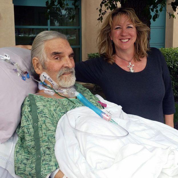 Esta fue la primera vez que Tom salió a tomar el aire tras comenzar la terapia. A su lado Steffanie, sonriendo.