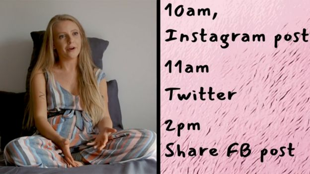 Emma con una lista de lo que debe hacer en redes sociales