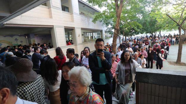 大批民众在台中东兴国小排队等待投票