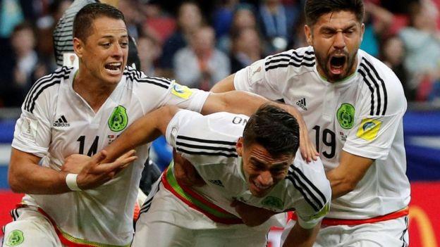 Héctor Moreno celebra su tanto junto a Chicharito y Oribe Peralta