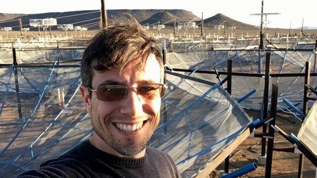 Parsons frente a las antenas del proyecto Hera (Foto: gentileza Aaron Parsons)