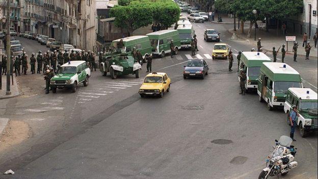 Le 30 juin 1991 à Alger, la police encercle la permanence du Front islamique du Salut pour arrêter Abassi Madani.