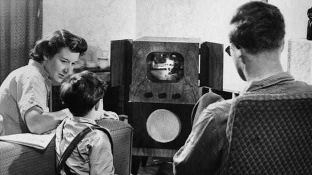 familia viendo 1950