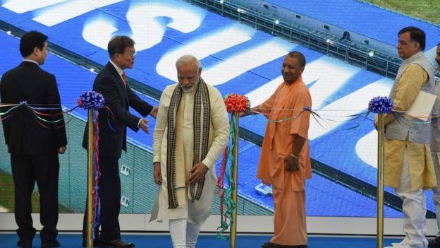 O primeiro-ministro da Índia, Narendra Modi, participa de inauguração de fábrica da Samsung
