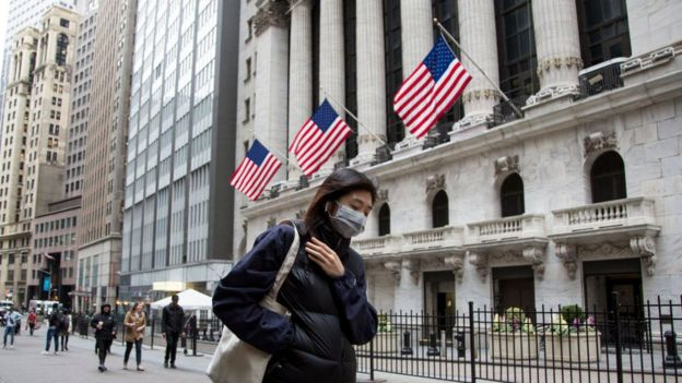 Mulher em NYC com máscara em abril