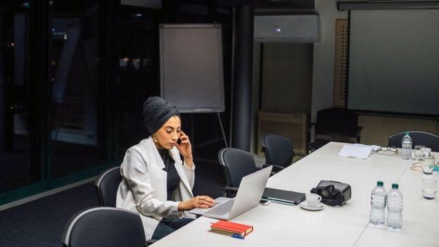 قد تسهم بيئة العمل نفسها في الإصابة بمتلازمة الإنهاك المهني، خاصة مع تزايد ضغط العمل وضيق الأطر الزمنية وعدم الحصول على التشجيع الكافي