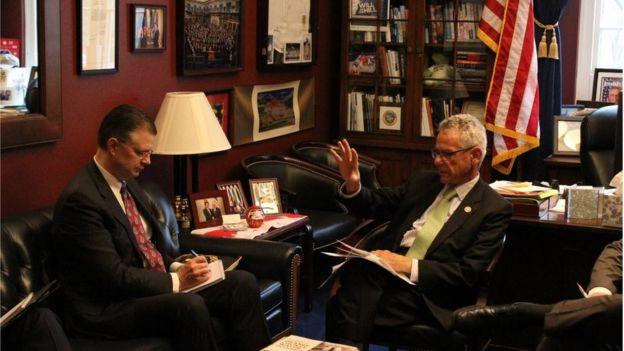 Dân biểu Alan Lowenthal (phải) trong một buổi làm việc với Đại sứ Hoa Kỳ ở Việt Nam Dan Kritenbrink
