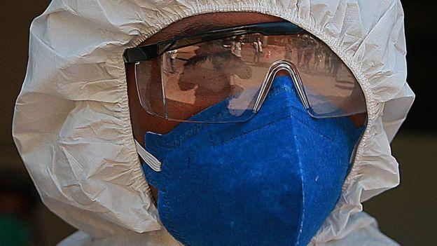 Agente de saúde com máscara