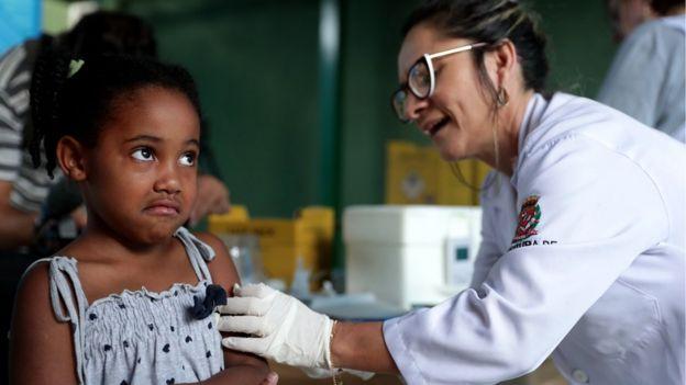 Menina toma vacina contra febre amarela