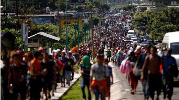 Caravana camina a Tapachula.