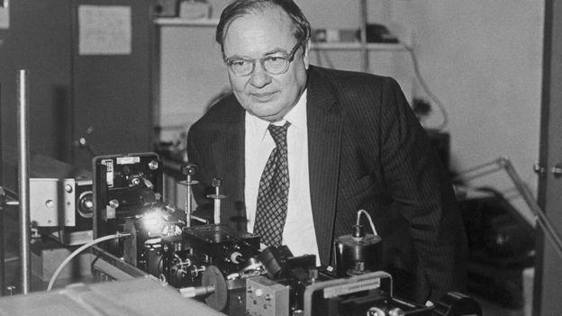 Arthur Schawlow posando con láser en el laboratorio de Stanford, Estados Unidos.