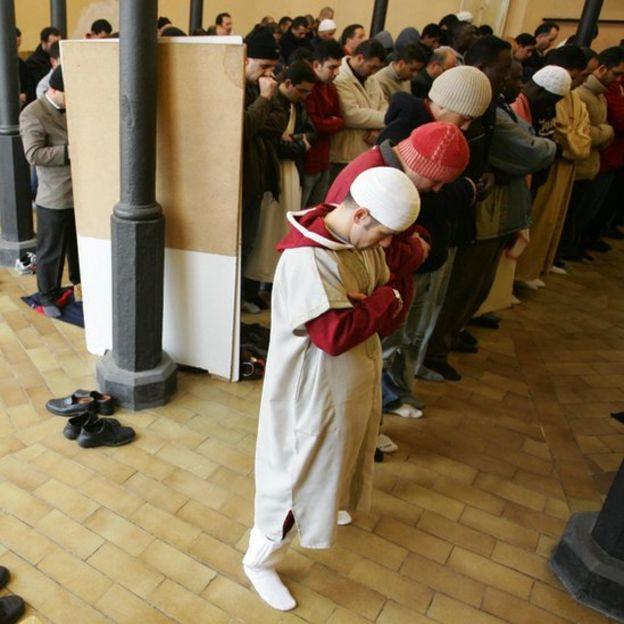 Musulmanes orando en una mezquita cerca de Barcelona
