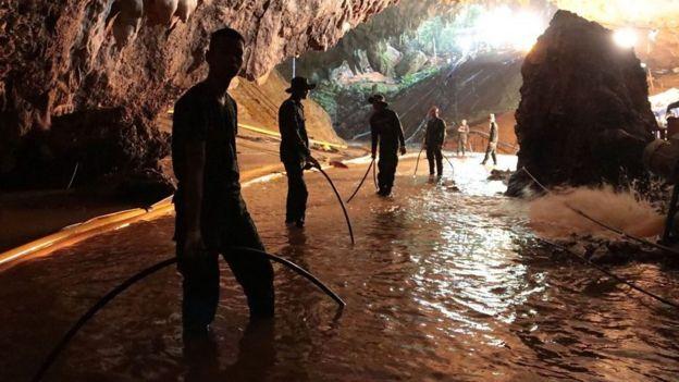Equipes de resgate em caverna na Tailândia