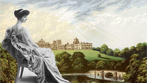 Consuelo Vandelbird en primer plano y el Palacio de Blenheim en el fondo