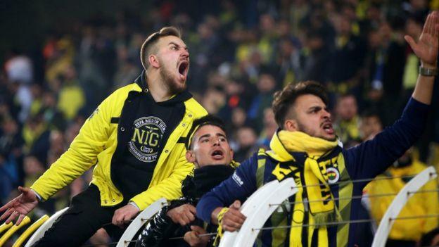 Fenerbahçe taraftaları takımlarına tepki gösterdi.