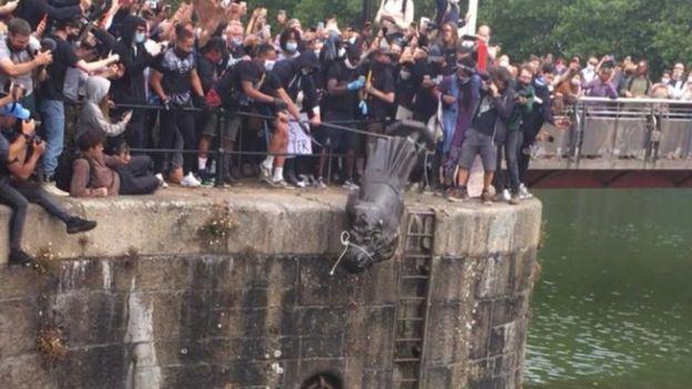 Colston estatua arrojada a los muelles