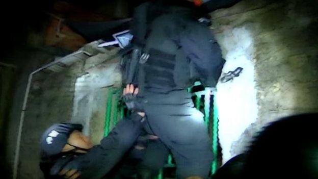 hơn 3000 cảnh sát Trung Quốc đã tiến hành mộc cuộc đột kích quy mô, tiến vào làng vào sáng sớm