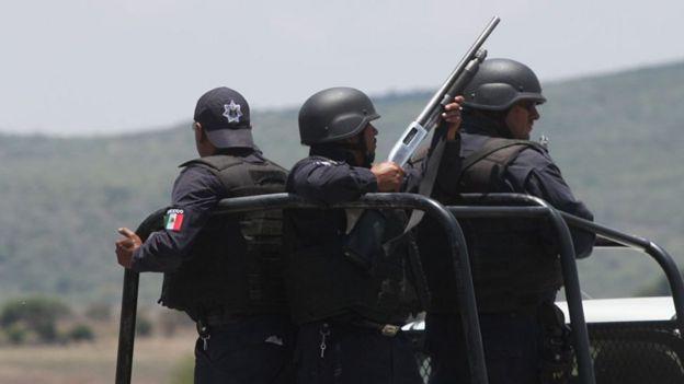 Policías mexicanos en Tanhuato, Michoacán.