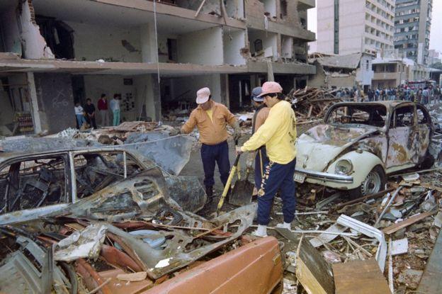 Varias personas limpian el distrito de Miraflores, en el centro de Lima, el 17 de julio de 1992, lleno de escombros por los destrozos que produjo el ataque con coche bomba del 16 de julio. (Foto: Jaime Razuri / Getty Images)
