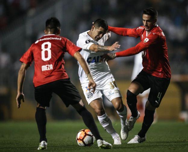 El paraguayo Derlis González trata de abrirse paso entre Nicolás Figal y Maximiliano Meza.
