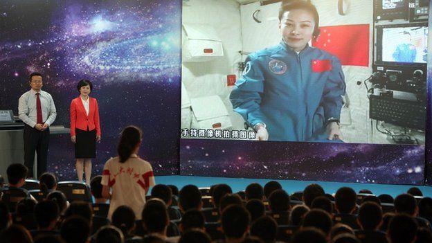 Asronauta em Tiangong-1 e crianças numa escola chinesa