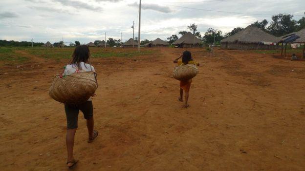 Duas crianças xavantes andando